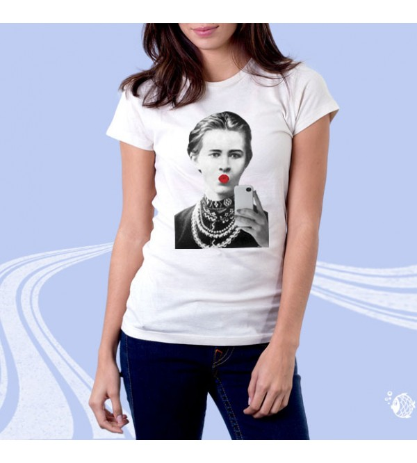"""Женская футболка с принтом """"Леся Украинка с смартфоном"""""""