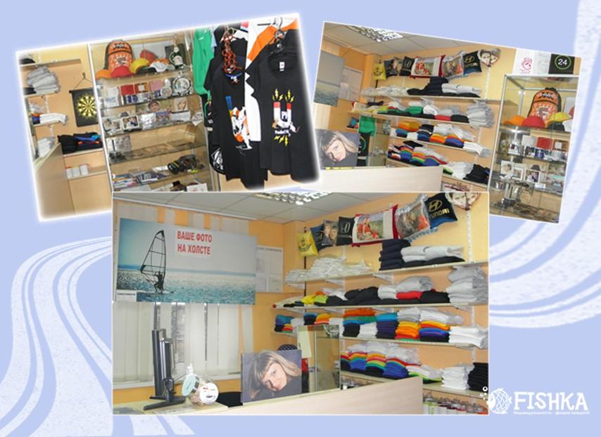 Наши фотографии внутри Студии Фишка с прилавками готовой продукции с принтами